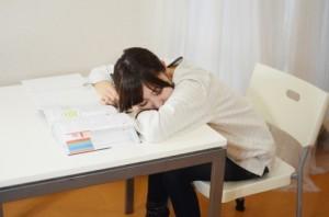 恋愛のアドバイスなら寝てる女の子の写真